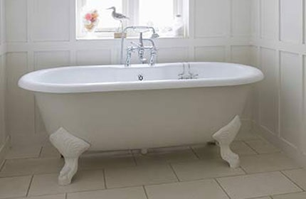 Merveilleux White Bathroom With Bath Tub   Refinishing Service In San Antonio, TX