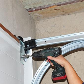 Delicieux Contractor Installing Garage Door   Garage Door Installation In Peoria, IL